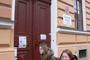 V Českých Budějovicích bude od středy 11. 3. 2020 uzavřeno 16 základek zřizovaných městem. Na snímku vchod do ZŠ J. Š. Baara.