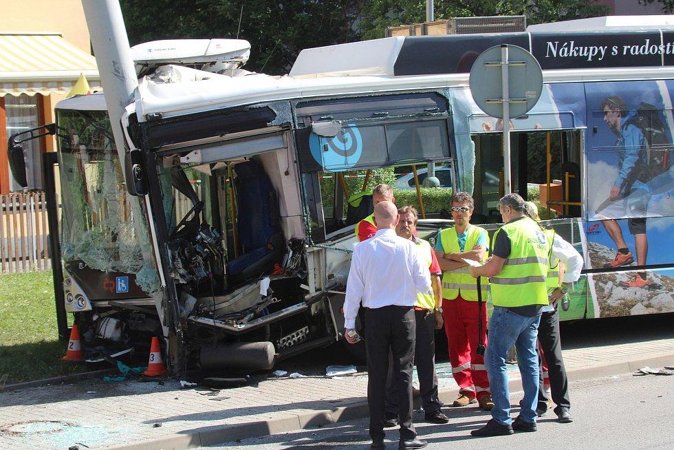 Střet trolejbusu s autem na Máji.