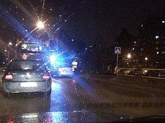 Ve středu večer zasahovala záchranka u nové kruhové křižovatce ulic Strakonická a Husova v Českých Budějovicích, kde podle policie byl sražený koloběžkář.