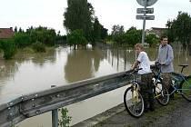 Potok, který protéká okrajem Pištína se při nedávných záplavách ani zdaleka nevešel do koryta. Vodě se postavily do cesty silniční mostky a podle místních bylo na vině i špatně udržované koryto potoka. Správci toku se ale kritice brání.
