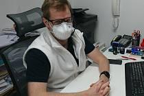 Obvodní lékař Ivo Petrášek ve své českobudějovické ordinaci nyní provozuje svou praxi převážně na dálku.