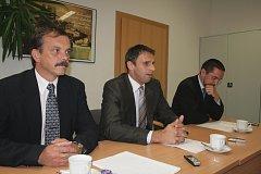 Bezpečnost, doprava i vandalismus prodiskutovali hejtman Jiří Zimola (uprostřed) s krajským policejním ředitelem Radomírem Heřmanem (vlevo) a primátorem Českých Budějovic Jurajem Thomou.