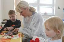 Pacienti dětské hematoonkologie v českobudějovické nemocnici (na snímku Matěj a Klárka) dostali včera dárky z rukou prezidentky Nadačního fondu Kapka naděje Venduly Auš Svobodové. Společně je hned vyzkoušeli.