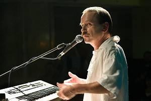 Vlasta Redl bude hlavní hvězdou letošního 20. ročníku festivalu Okolo Třeboně, který se odehraje od 24. do 27. června. Na snímku loni 24. listopadu při koncertě v pražské Lucerně, kde po delší pauze poprvé vystoupil před lidmi.
