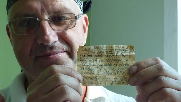 Nález papírku z roku 1938. Ten objevili na českobudějovickém Gymnáziu Česká při výměně oken.