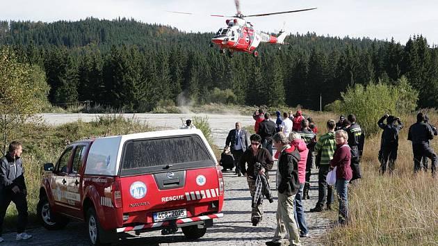 Záchranářům na Šumavě pomáhá i vrtulník.