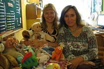 Organizace ADRA a sdružení Rybka z Husince vyhlásily sbírku hraček pro děti z azylových domů. Na snímku pořadatelky Jitka Chánová (vlevo) a Markéta Drdová z Adry.
