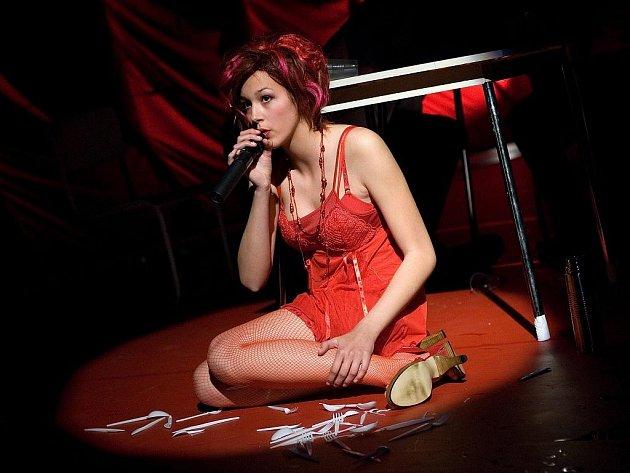Aneta Galisová z Českých Budějovic postoupila do semifinále Česko Slovenské Superstar. Na snímku v představení Testosteron Jihočeského divadla.