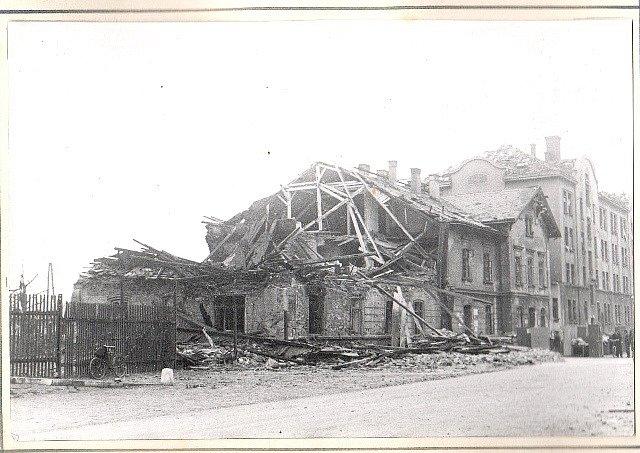 Po náletech v březnu 1945 zůstalo v Českých Budějovicích mnoho zmařených životů a zničených domů. Na snímku vlakové nádraží.