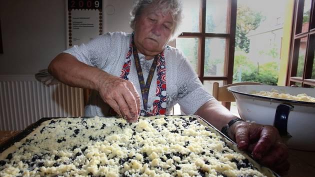 Borůvkové buchty se už pro letošní Borůvkobraní pečou