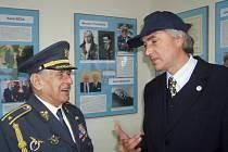 Pilot Miroslav Štandera s Vladislavem Burianem v Leteckém muzeu.