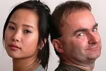 Budějovický spisovatel Jan Cempírek je skutečným autorem vietnamského bestselleru Bílej kůň, žlutej drak. Na snímku s The Thi Hong Nhung, která s ním natočila fiktivní děkovné video.