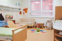 Maminky v nových pokojích na českobudějovické neonatologii mohou být se svými nedonošenými novorozenci a dalšími dětmi do věku tří let.