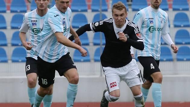 Jiří Mareš v Ústí bojuje s domácím Michalem Zemanem, v pozadí Lukáš Vaněk a Antonín Křapka: Ústí - Dynamo ve II. lize 0:3!