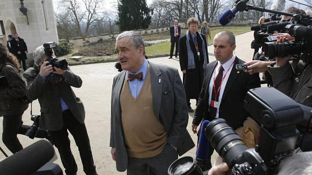 Ministři přicházejí do zámku.