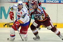Českobudějovický forvard Ivan Huml (vlevo) v souboji s Petrem Kafkou ze Sparty. HC Mountfield České Budějovice ve středu prohrával 2:0, nakonec si ale vybojoval prodloužení. V něm byli ale šťastnější domácí.