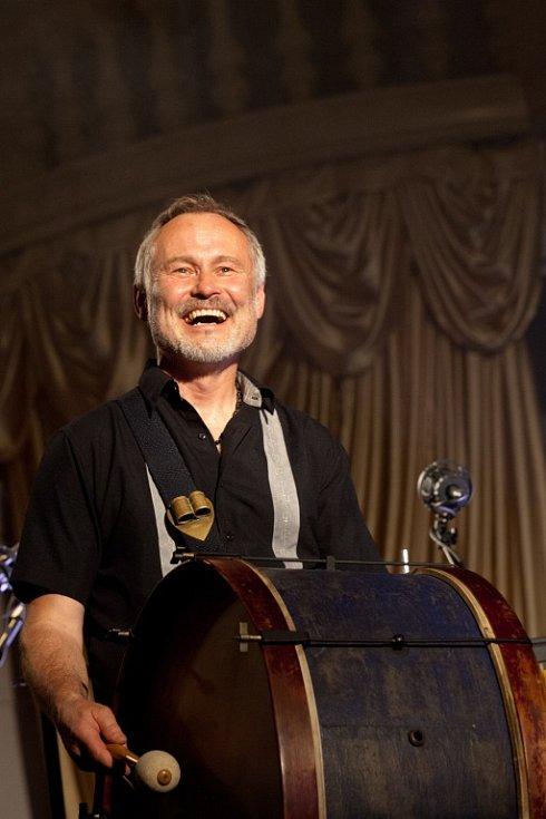 Jaromír Nohavica zahrál 6. července v českokrumlovské zámecké jízdárně na Festivalu komorní hudby. Vyprodaný sál tleskal 33 písničkám, zazněly i hity Dokud se zpívá nebo Hlídač krav. Na snímku bubeník a perkusista Pavel Plánka.