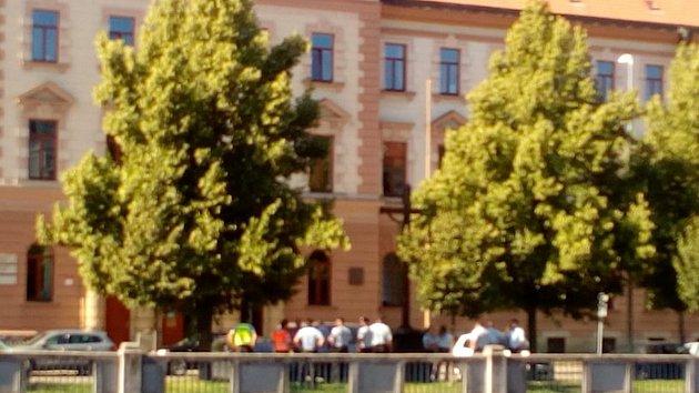 Evakuace lidí z budovy krajského soudu kvůli nahlášené bombě