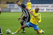 Petr Javorek v Teplicích zvýšil na 2:0 pro Dynamo (na snímku uniká Tomáši Kučerovi).