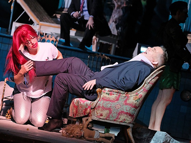 Linecké Hudební divadlo uvádí operu Salome, kterou složil Richard Strauss. Výrazně ji zmodernizovalo. Na snímku Astrid Weber jako Salome a Paul McNamara jako Herodes.
