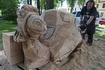 Lišovská řezba - na náměstí vyřezávají dřevěný beltém