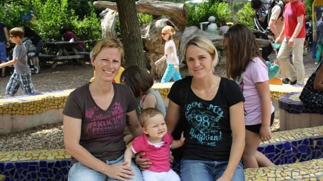 Mrňous se dvěma maminkami.