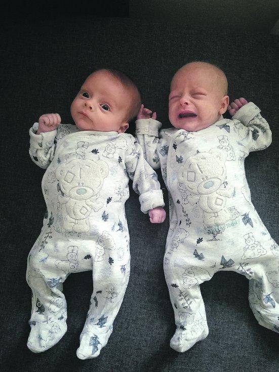 Hned dvojnásobnou radost měla 2. 4. 2020 maminka Veronika Novotná. V tento den se jí narodili synové Jakub a Ondřej Pazúrovi . Malý Jakub přišel na svět v 8.15 h. a po porodu vážil 2,29 kg. U Ondřeje, který se narodil v 8.16 h., bylo po porodu na váze čís