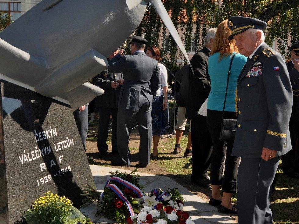 Odhalení pomníku českým letcům RAF. Dne 12. září 2015. U pomníku generál Emil Boček.
