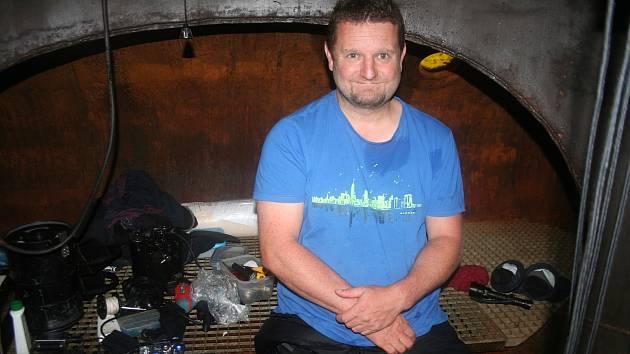 Po jednom týdnu pobytu u dna lomu Slověnický mlýn u Lišova vypluli potápěči opět na hladinu.
