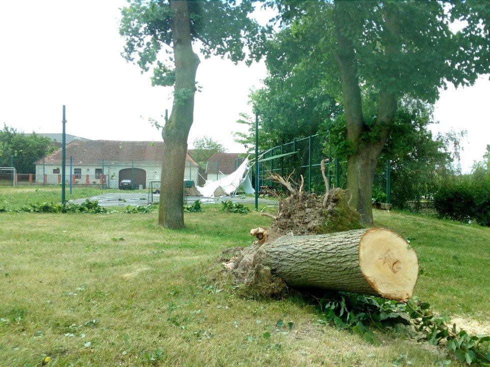 V noci na čtvrtek 24. 6. 2021 způsobila velké škody na Českobudějovicku další ze série bouřek. Na snímku náves v Kočíně.