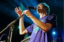 Budějovická rocková skupina Smutný Karel vydala dvě CD s názvem Double Dead. Jedno s vlastními písničkami, druhé nabízí coververze. Na snímku zpěvák Jiří Janda při křtu dvojalba v prosinci 2015.