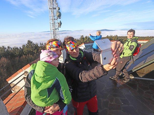 Krásné počasí přálo výletům do přírody a přilákalo spoustu turistů také na nejvyšší vrchol Blanského lesa Kleť. Vyrazily tam i Pavla Vinzensová s dvouletou dcerou Helenkou a Andrea Vondřichová.