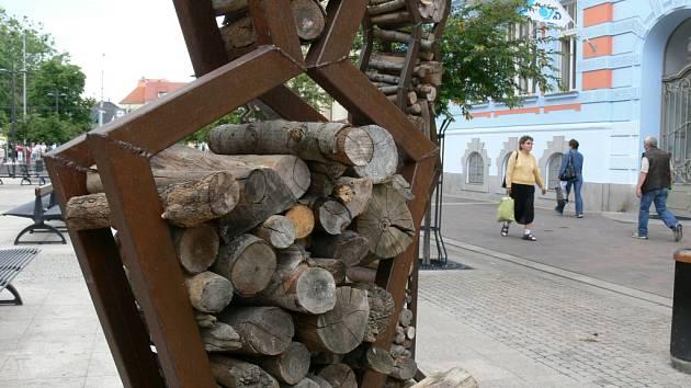 Povodňoví turisté, tak jmenuje soubor čtyř soch, které na českobudějovické Lannově třídě přežily útoky vandalů. Železné konstrukce se dřevem tak zdobily rušnou třídu i ve čtvrtek.