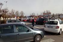 Dlouhé fronty aut se ve čtvrtek ráno tvořily na parkovišti u českobudějovického obchodního domu Kaufland.