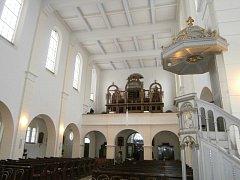 Varhanní skříň vyrobenou v secesním slohu na kůru kostela stále hlídají tři dvojice andělů cherubů.