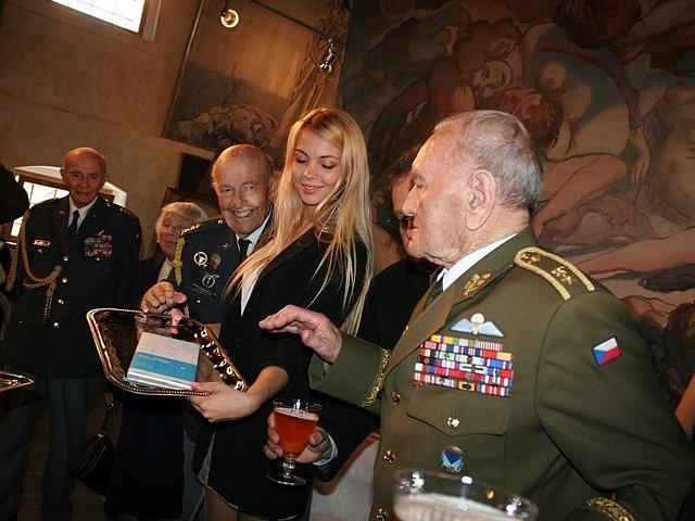 Křtu se zúčastnil Jaroslav Klemeš (v zelené uniformě), poslední žijící parašutista z Anglie.
