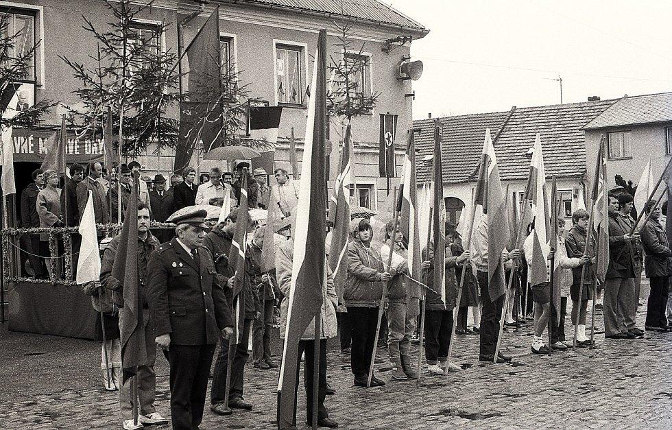 Prvomájový průvod v roce 1989 v Kardašově Řečici.