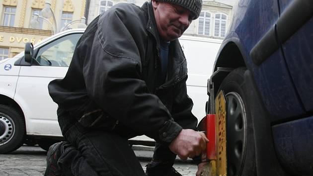 Ihned po odstranění botičky z kola vozu dívka nasedla do vozidla a pokoušela se odjet.