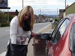 """Kristýna Drhová (na snímku) bydlí v Borku přímo u hlavní silnice. Úbytek aut je tak podle ní znatelný. """"Hlavně v noci je konečně trochu víc klidu,"""" dodala."""