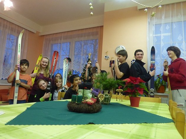 """""""Které lyže by se mi tak nejvíc hodily,"""" říkaly si včera děti z Dětského domova v Boršově nad Vltavou, když přebíraly dárky od čtenářů Českobudějovického deníku. V příštím roce je tak čeká lyžovačka na Kramolíně.  A pro některé to bude vůbec poprvé."""