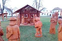 Náves v Holašovicích už také zdobí betlém. Dřevěné postavy jsou v životní velikosti.