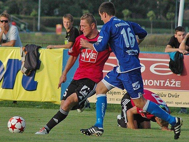 V minulém pohárovém zápase fotbalisté Dynama vyhráli hladce v Králově Dvoře 3:0 (Luboš Pecka bojuje s domácím Procházkou), uspějí i ve čtvrtek doma se Žižkovem?