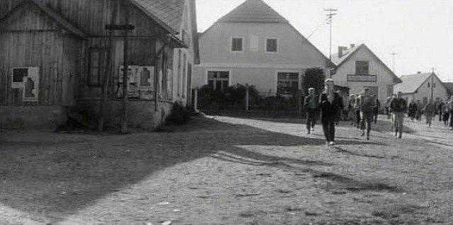 V dřevěném objektu (vlevo) na hoštické  návsi promítalo kdysi i kino, vzpomínají místní lidé.