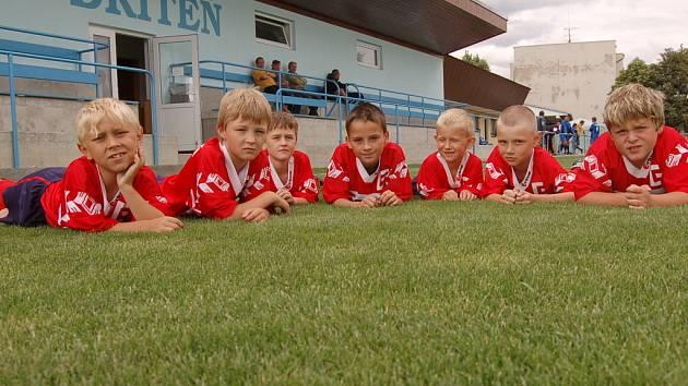 Z nového trávníku má radost nejen A mužstvo, které hraje I. A třídu, ale očividně i fotbalová mládež v Dřítni.