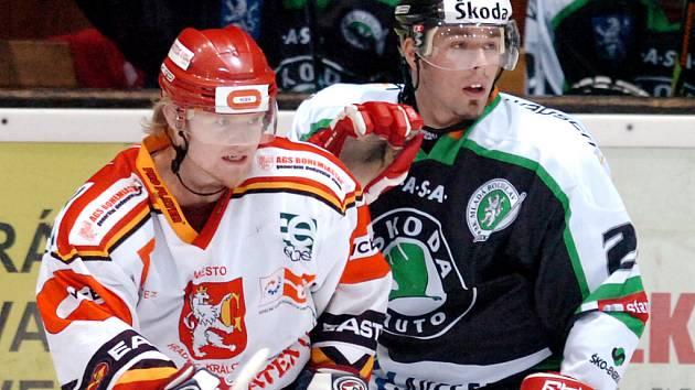 Útočník HC Mountfield Milan Gulaš hostuje v extraligovém Kladně. V letošní sezoně několikrát nastoupil také na střídavý start v prvoligové Mladé Boleslavi. Na našem snímku je v dresu Středočechů (vpravo) v souboji s Romanem Vondráčkem  z Hradce Králové.