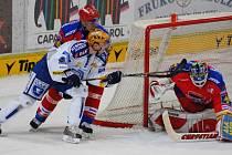 Šesté vítězství za sebou přidali hokejisté HC Mountfield v úterý s Plzní. Na snímku z tohoto zápasu zachraňuje brankář Roman Turek za asistence Petra Gřegořka před plzeňským Petrem Vampolou. V pátek hrají Jihočeši v Pardubicích (18) a v neděli v Liberci.