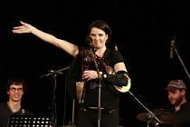 V téměř vyprodaném sále KD Střelnice v Jindřichově Hradci zahájila v úterý Radůza své jihočeské miniturné. Ve středu koncertuje v budějovickém KD Vltava, ve čtvrtek v táborském divadle. Doprovází ji kapela. Radůza ve dvou písních hraje nově i na dudy.