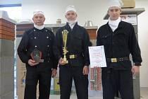 Zlato získali na soutěži v Brně studenti Střední polytechnické školy v Budějovicích. Na snímku zleva mistr Alois Pavlík a studenti Pavel Čada a Josef Wágner.