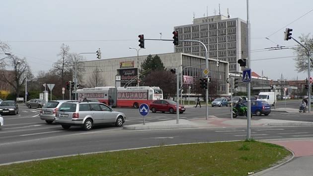 Společné investice Jihočeského kraje a Českých Budějovic pomáhají dopravě v krajském městě. Nedávno se například rekonstruovala křižovatka Mánesovy ulice a Lidické třídy.