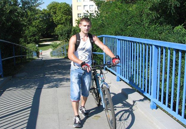Poškozeného povrchu lávky si povšiml i Taras Kerestei, který bydlí na sídlišti Vltava a po lávce často chodí.